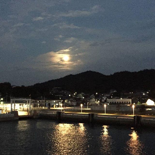 瀬戸内の夕暮れアートの島  直島の出航です〜西の空も良いけれど、東の空では濃紺の夕闇に朧月と、パヴィリオンと、港の灯り