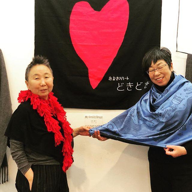 テキスタイル作家 岡みちこ さんの展覧会で音楽柄のストールをはおりつつ。