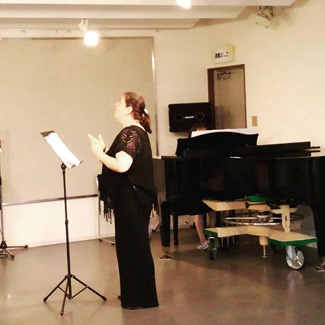 定例のレッスン日コイチェヴァ先生もソロのピアノ合わせです。