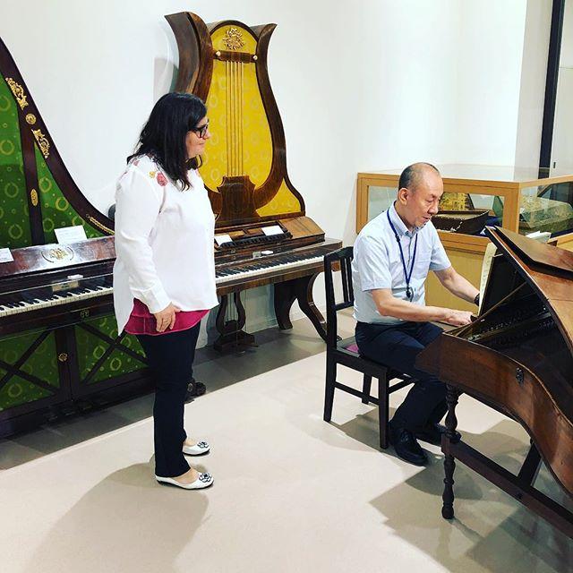 キュレーターの大梶氏と200年前の楽器で歌ってみるネリ・コイチェヴァ先生。